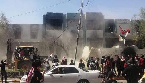 تصاویر حمله معترضان به دفاتر احزاب سیاسی عراق